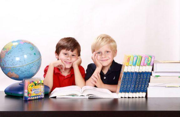 Sillas y mesas para estudiar